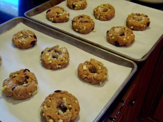 How to make apple cinnamon whole wheat bagels with raisins / www.kudoskitchenbyrenee.com