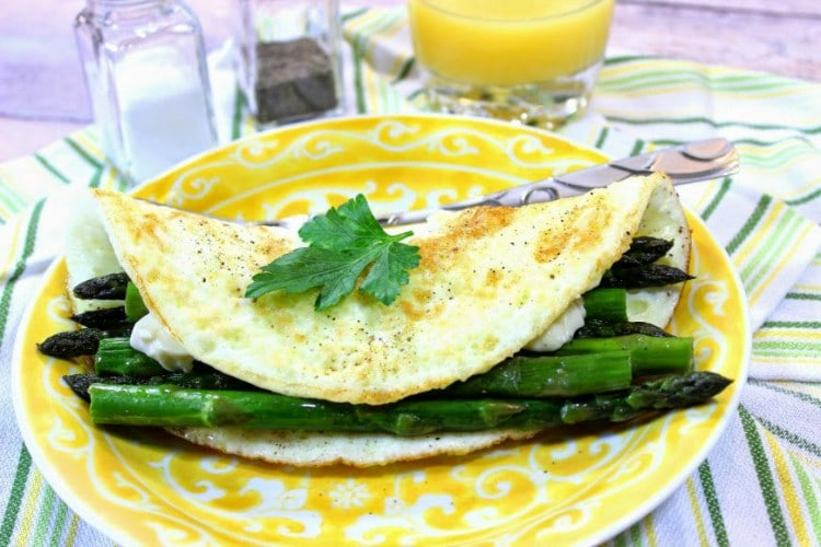 Low Calorie Egg White Omelet with Asparagus
