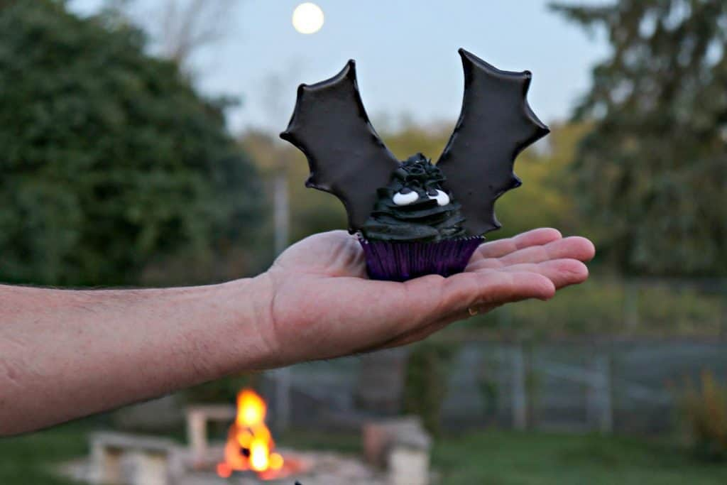 Take a bite out of these Buttercream Bat Wing Cupcakes, before they take a bite out of you! You'll be glad you did because they're BATtastically delicious, and not at all threatening to make. Let me show you how. - kudoskitchenbyrenee.com